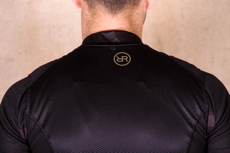 orro_bikes_cycling_gillet_-_shoulders.jpg