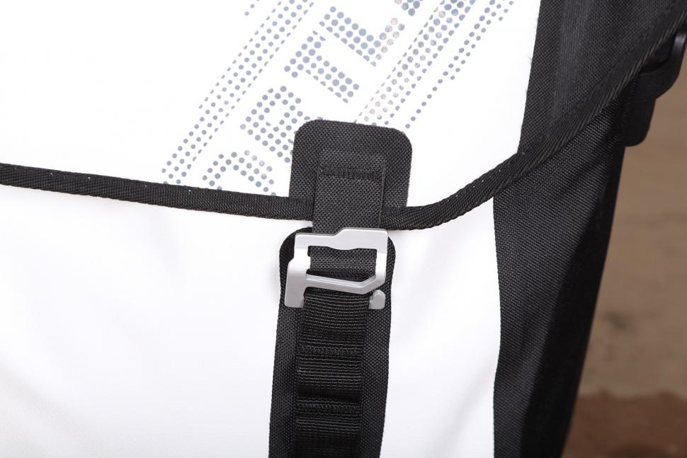 Ortlieb Downtown Office Bag - clasp.jpg