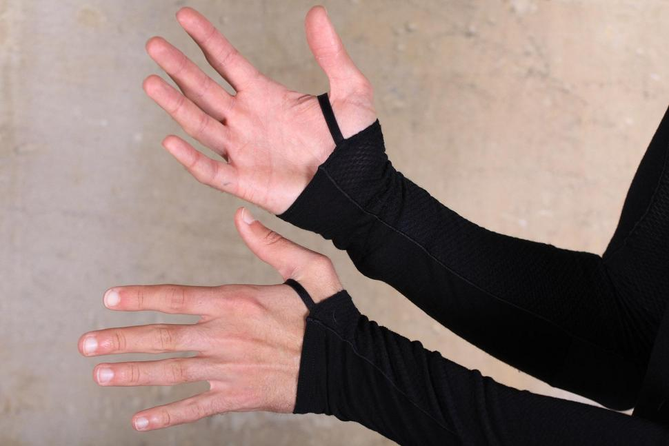Pearl Izumi Mens Transfer Wool Long Sleeve Base Layer - cuffs.jpg