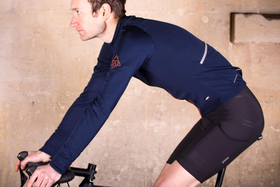 podia_merino_long_sleeved_jersey_-_riding.jpg