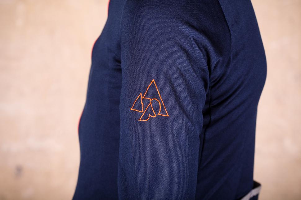 podia_merino_long_sleeved_jersey_-_sleeve_logo.jpg