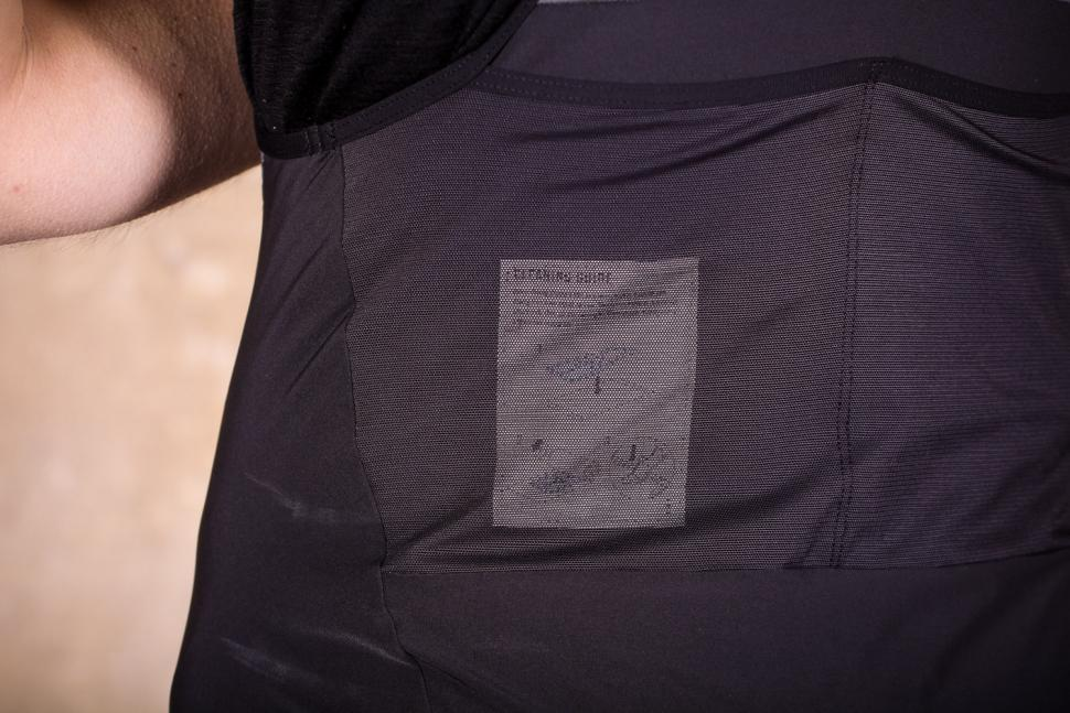 rapha_cargo_bib_shorts_-_pocket_2.jpg