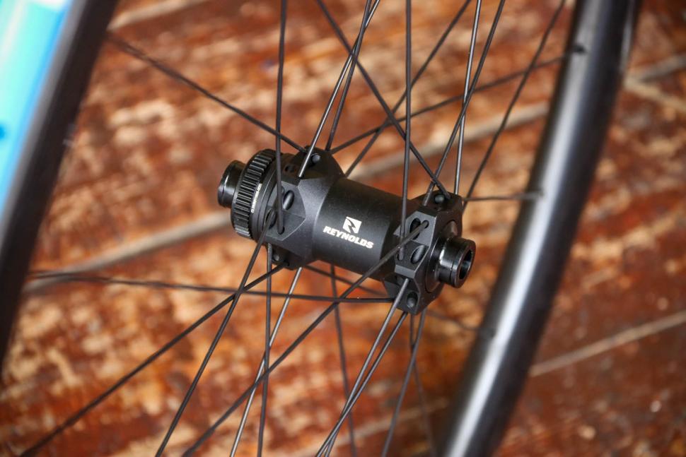 Reynolds AR 41 DB wheelset - front hub.jpg