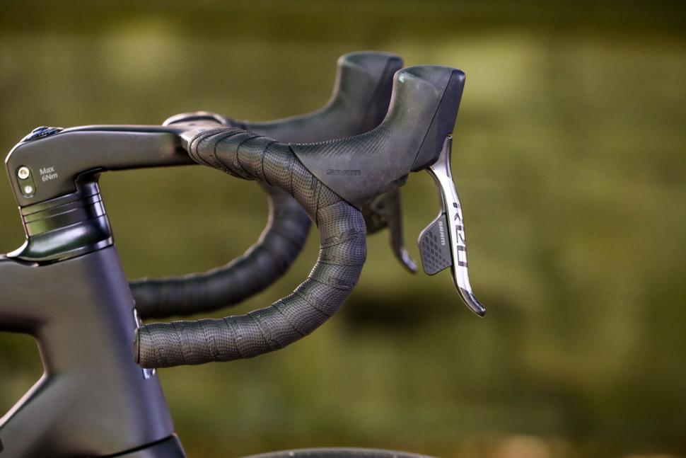 Ribble Endurance SL R Series Disc - bar and shifter.jpg