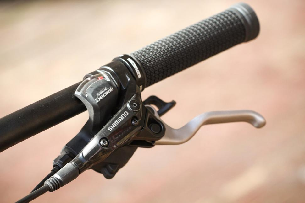 Saracen Urban Cross 3 - grip and lever 2.jpg
