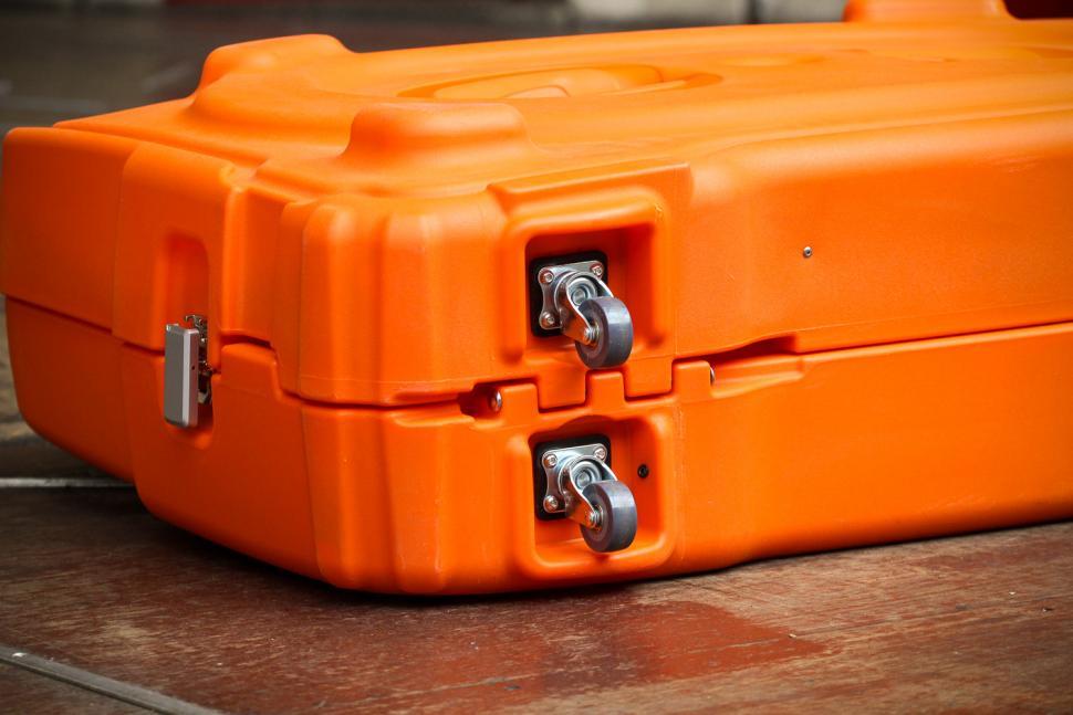 shokbox_orange_premium_-_underside_wheels.jpg