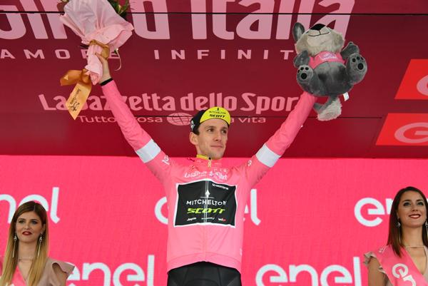 simon_yates_on_giro_ditalia_podium_credit_lapresse.jpg
