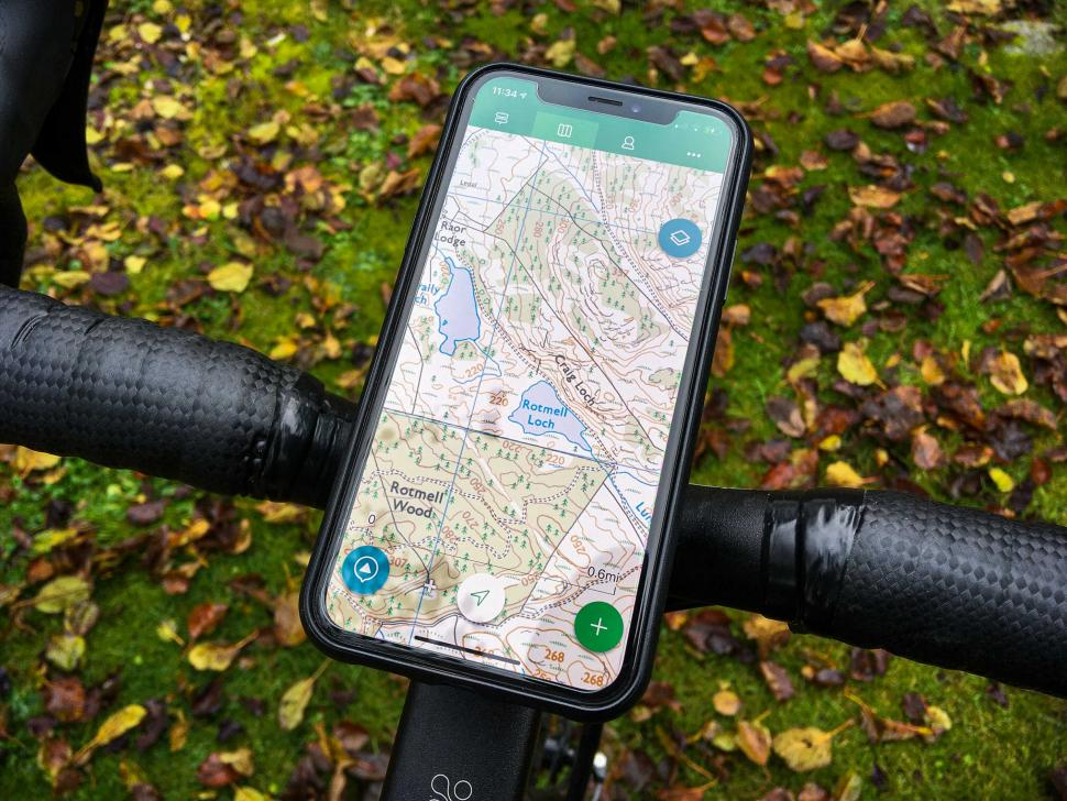 SKS Compit+ Smartphone with +ComUnit Wireless Charging Station - on bike 3.jpg
