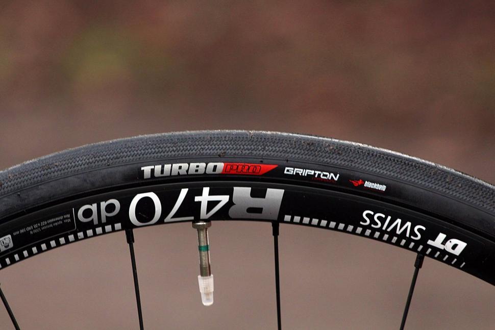 Specialized Roubaix Expert - tyre.jpg