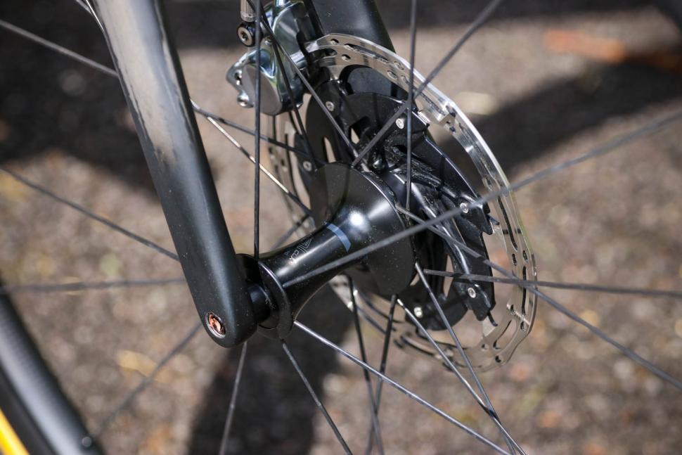 Specialized Roubaix - front hub.jpg