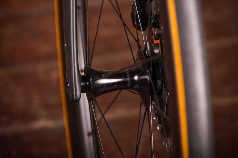 Specialized S-Works Venge - front hub.jpg