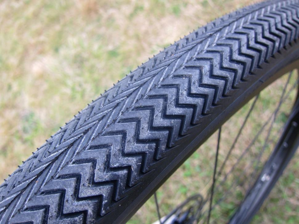 Specialized Sequoia Expert - Sawtooth 700x42 Tyre Tread.jpg