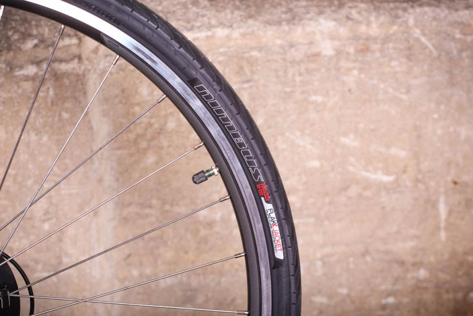 Specialized Sirrus Alloy - tyre and tim.jpg