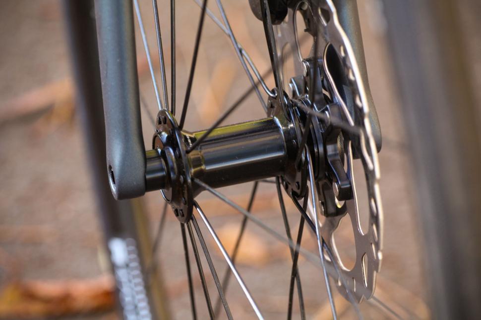 Specialized Tarmac Disc Sport - front hub.jpg