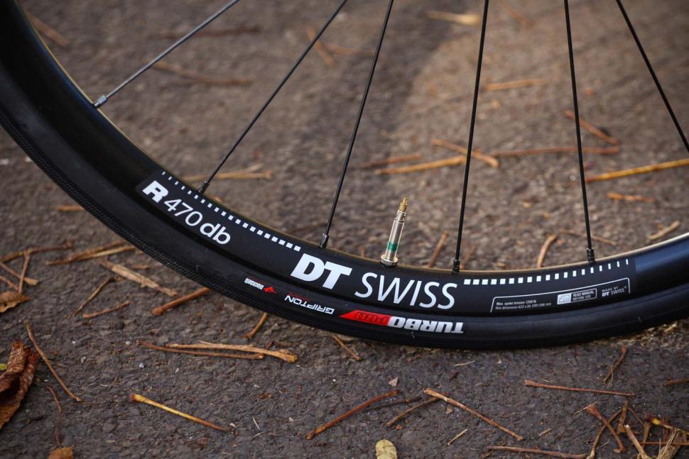 Specialized Tarmac Disc Sport - rim and tyre.jpg