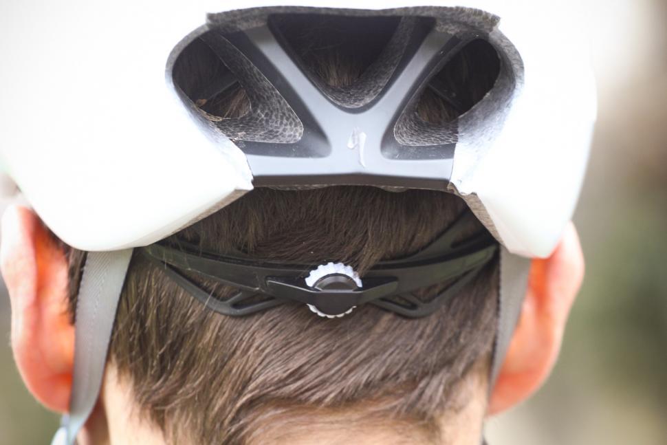 specialized_evade_ii_helmet_-_tension_system.jpg