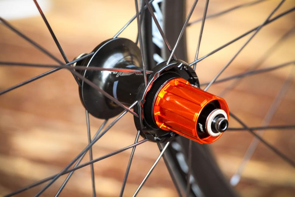specialized_roval_clx_32_disc-650b_set_-_rear_hub.jpg