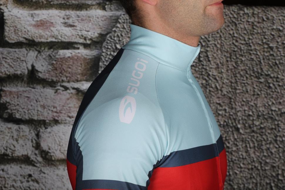 Sugoi Evolution Pro Longsleeved Jersey - shoulder.jpg