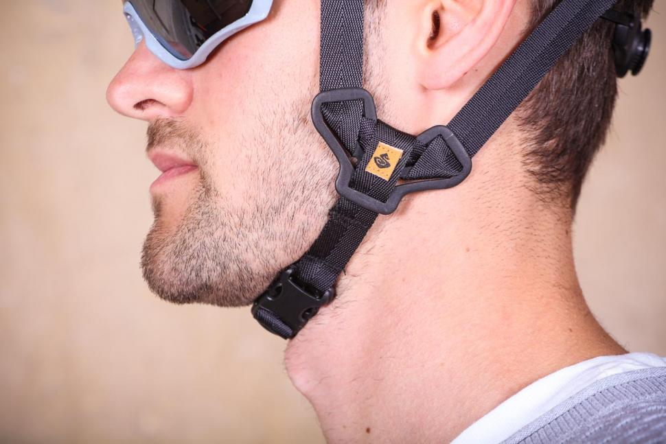 sweet_protection_outrider_helmet_-_strap.jpg