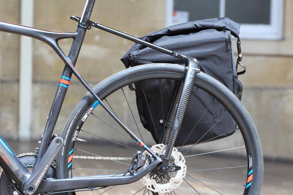 Tailfin Carbon Rack - pannier off.jpg