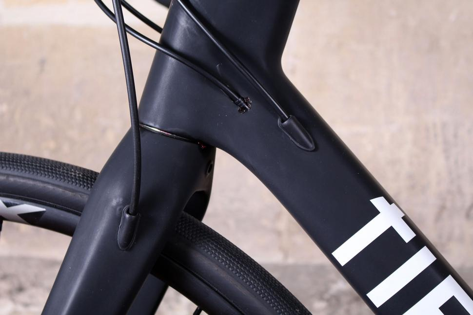 Tifosi Cavazzo - cable routing.jpg