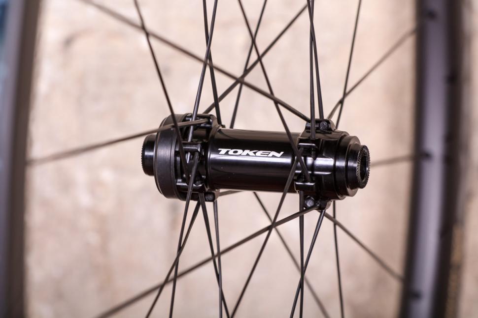 token_2018_prime_ventous_disc_carbon_wheels_-_front_hub.jpg