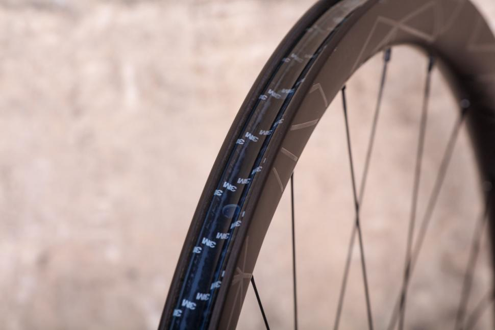 token_2018_prime_ventous_disc_carbon_wheels_-_rim_bed.jpg