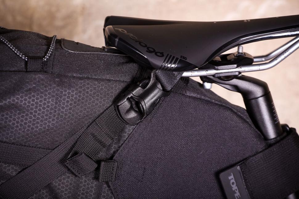 Topeak BackLoader 10L - saddle clip.jpg