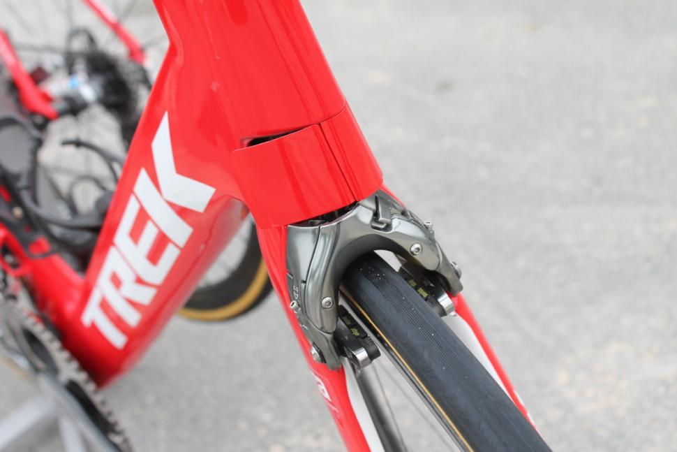 Tour de France 2016 integrated front brake Trek Madone - 1.jpg