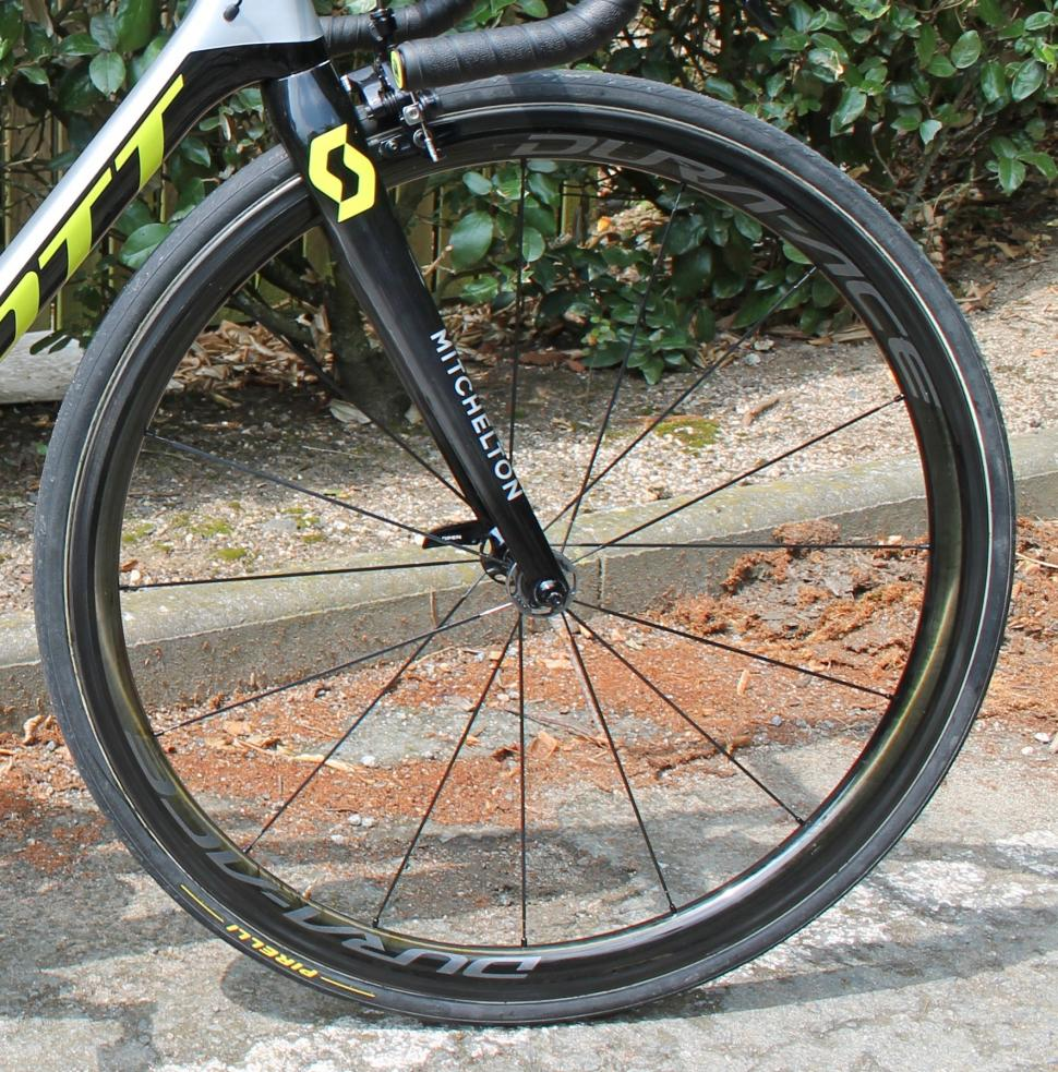 tour_de_france_2018_-_adam_yates_front_wheel_dura-ace_c40_-_1.jpg