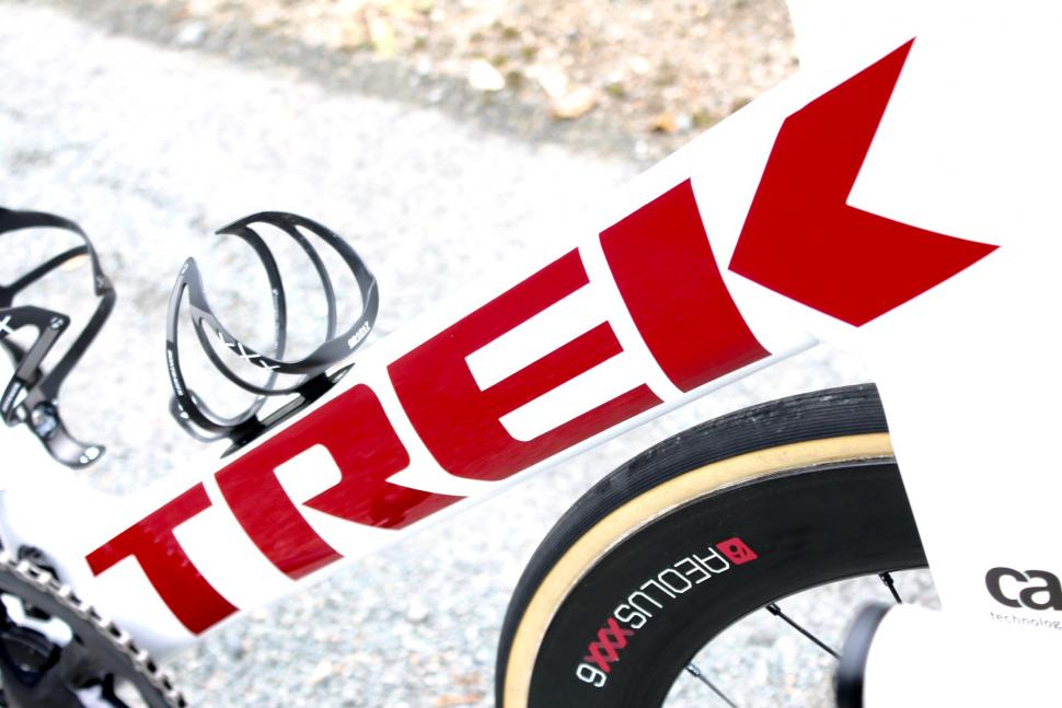 tour_tech_2018_-_trek_segafredo_trek_madone_disc_-_2.jpg