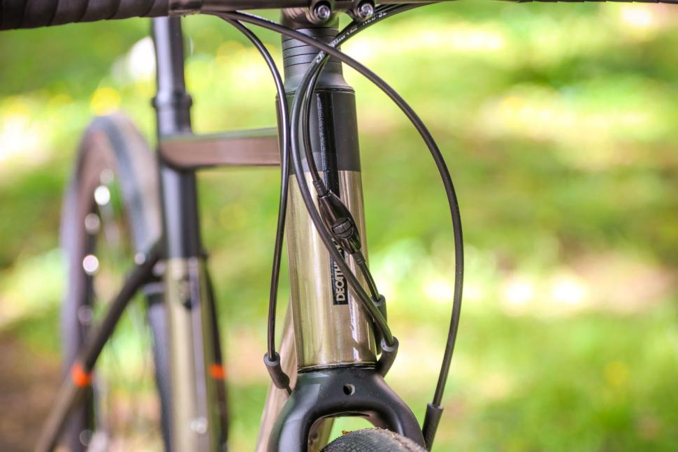 Triban RC 520 Gravel - head tube badge.jpg