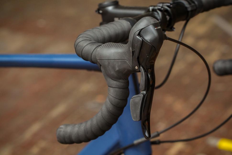 Triban RC120 Disc road bike - bar and shifter.jpg
