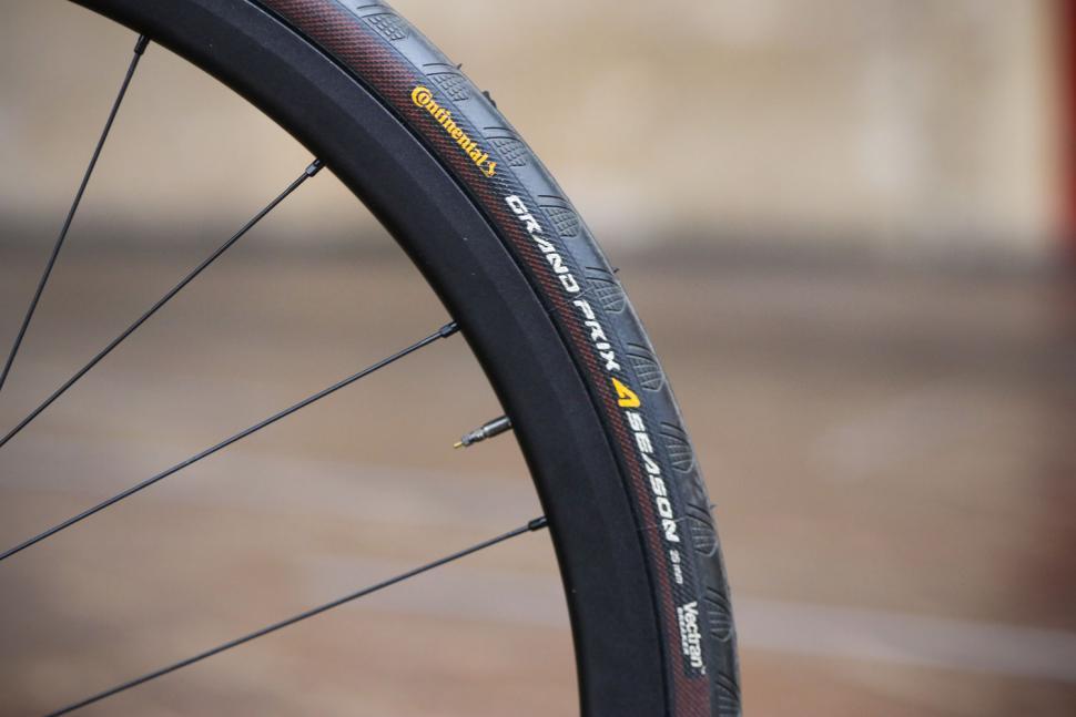 Van Nicholas Yukon Disc - tyre and rim.jpg