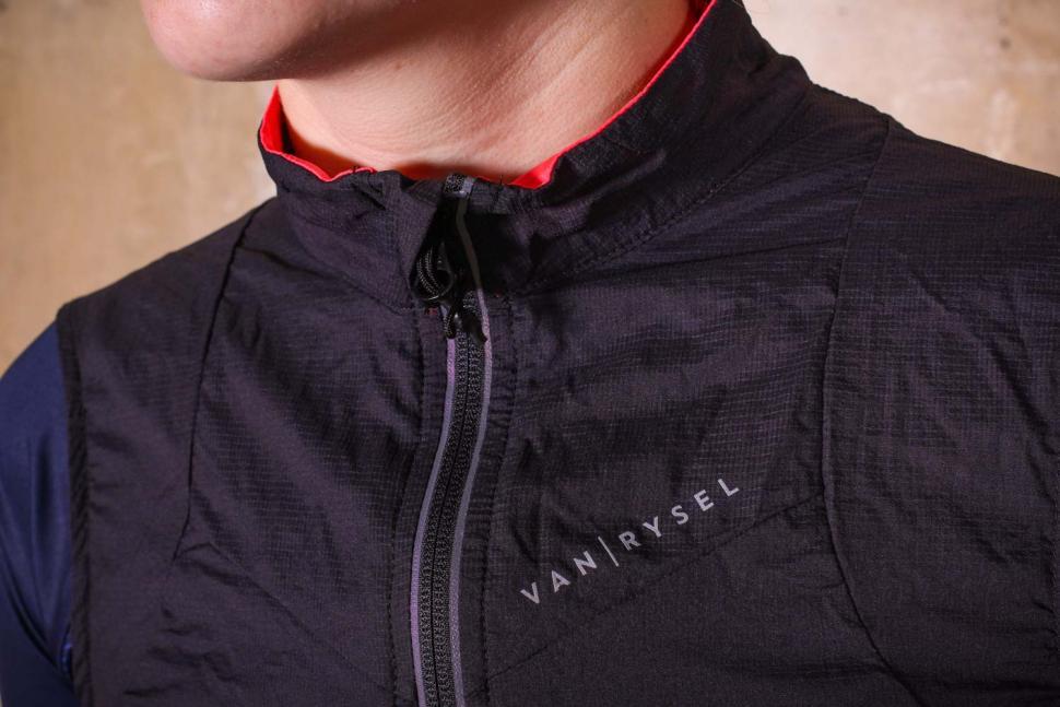 Van Rysel RC 500 Women's Windproof Cycling Gilet - collar.jpg