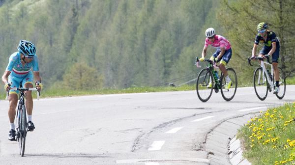 Vincenzo Nibali attacks on 2016 Giro d'Italia Stage 20 (PHOTO CREDIT ANSA - PERI - DI MEO - ZENNARO).jpg