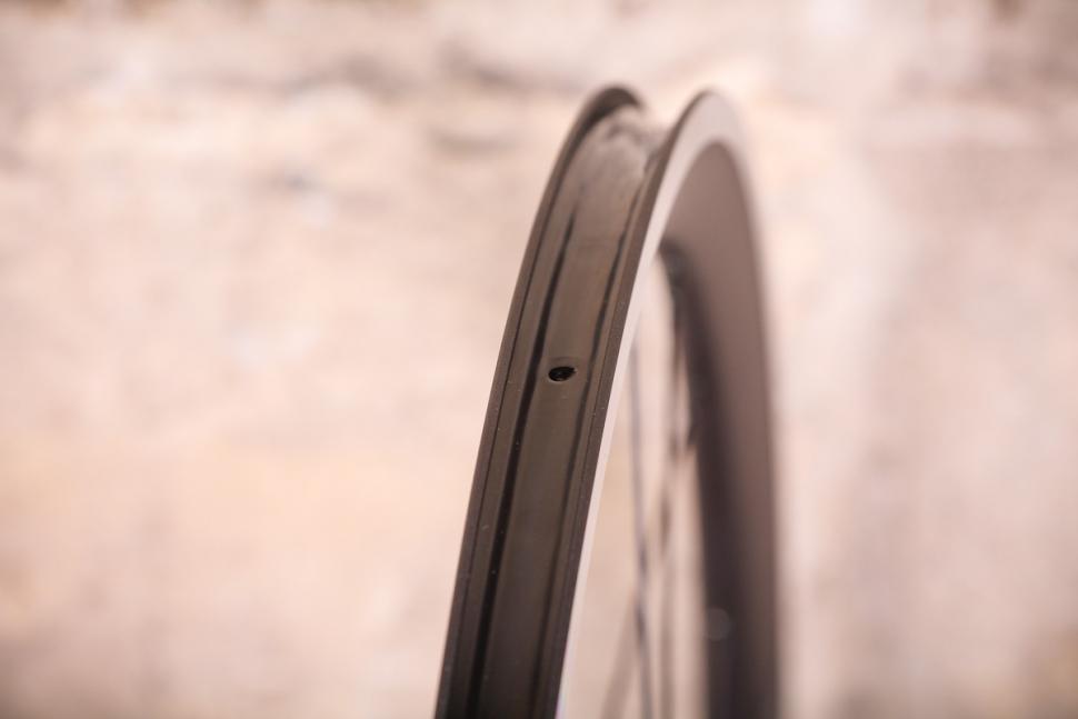 vittoria_alusion_aero_alloy_clincher_wheelset_-_rim_bed.jpg