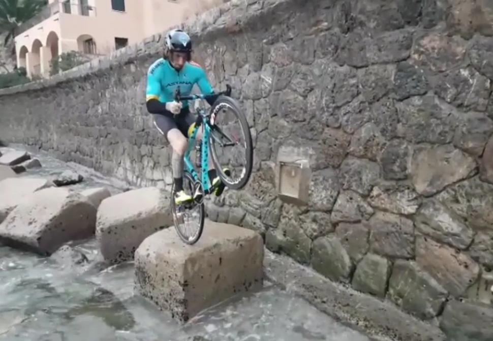 Vittorio Brumotti seaside ride (via Facebook).jpg