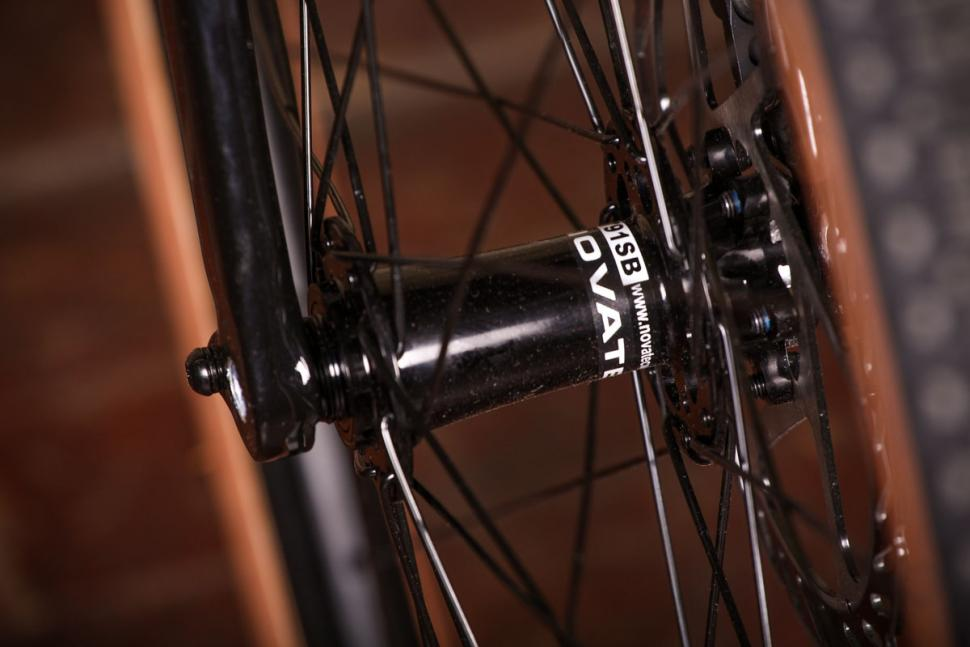 Vitus Energie CRX - front hub.jpg