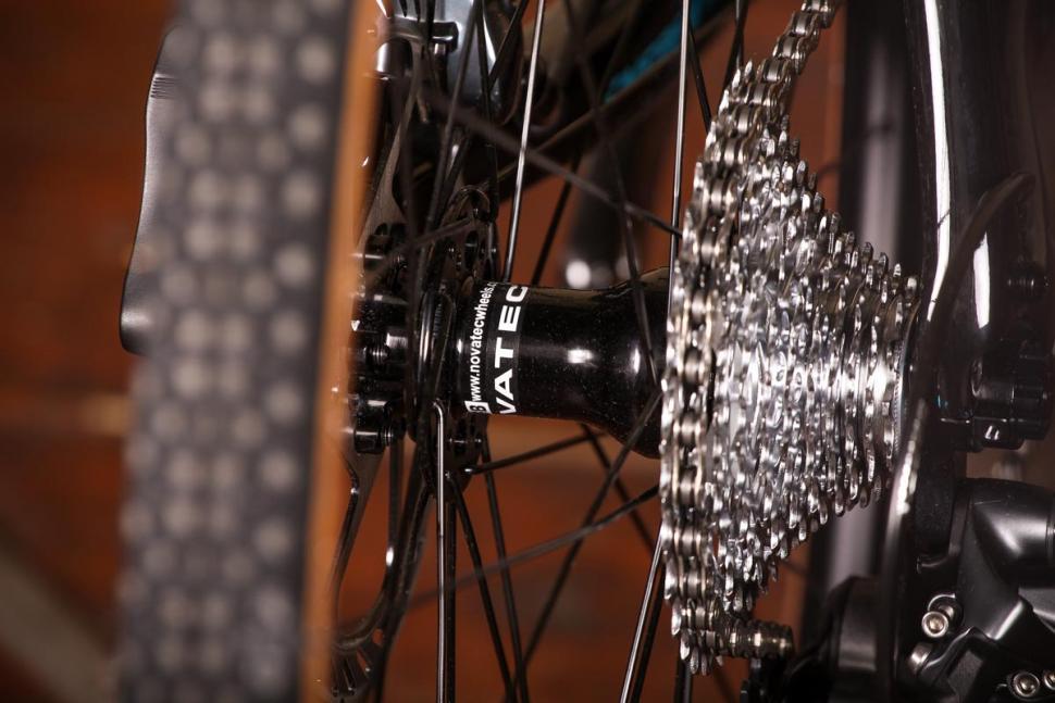 Vitus Energie CRX - rear hub.jpg