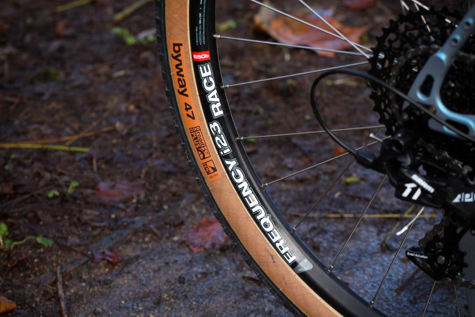Vitus Substance V2 Apex - tyre and tim.jpg