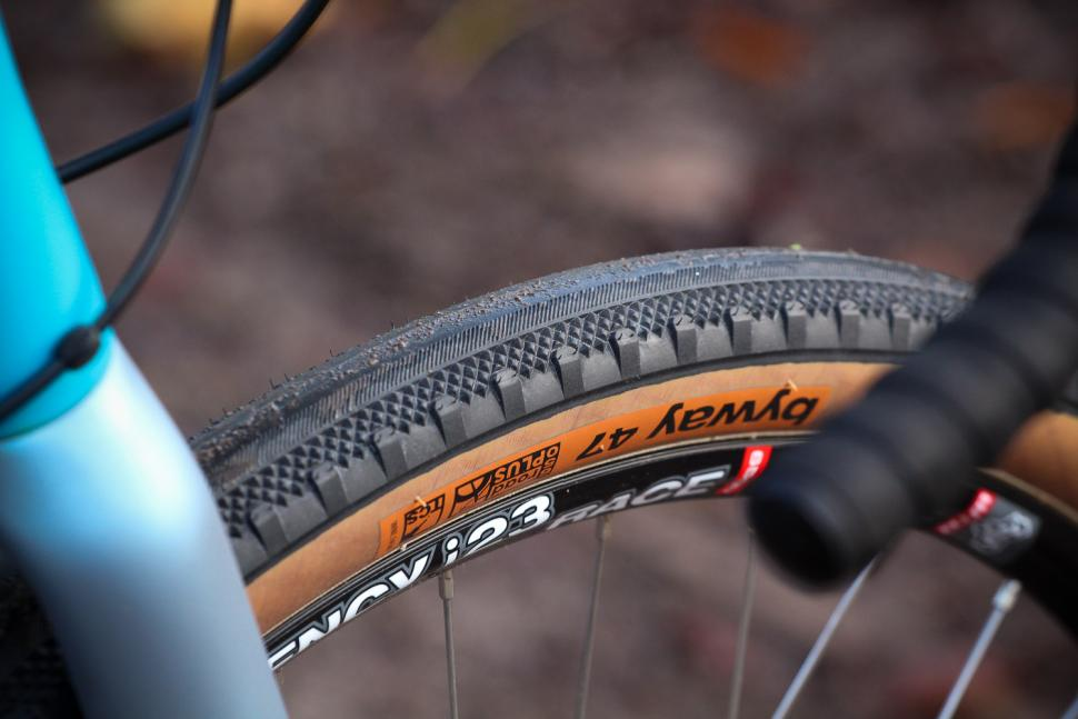 Vitus Substance V2 Apex - tyre.jpg
