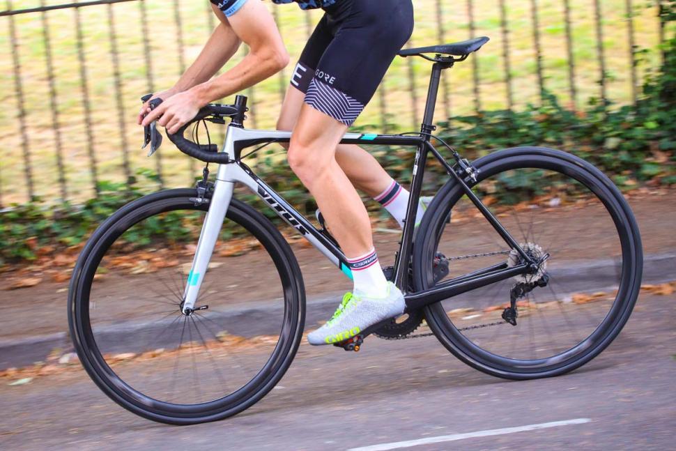 vitus_vitesse_evo_cri_ultegra_di2_-_riding_2.jpg