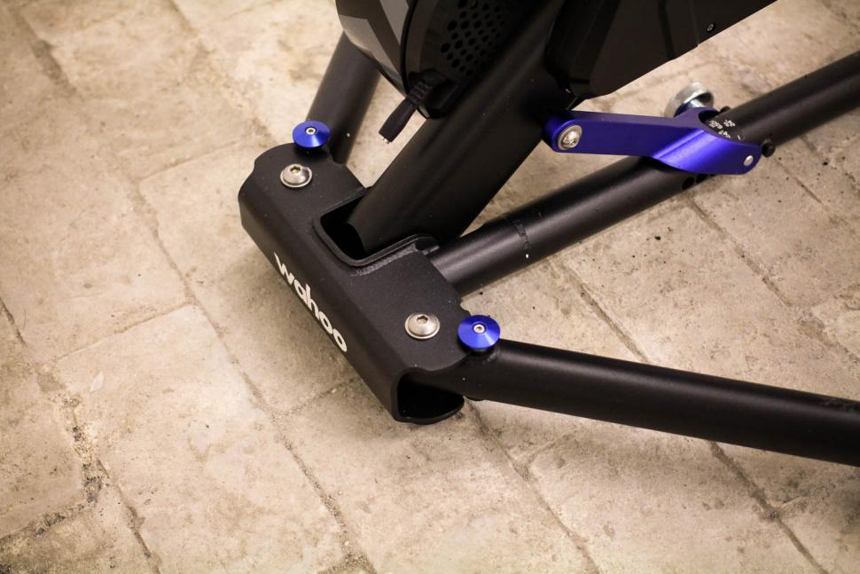 Wahoo 2018 Edition KICKR Smart Trainer - leg detail.jpg