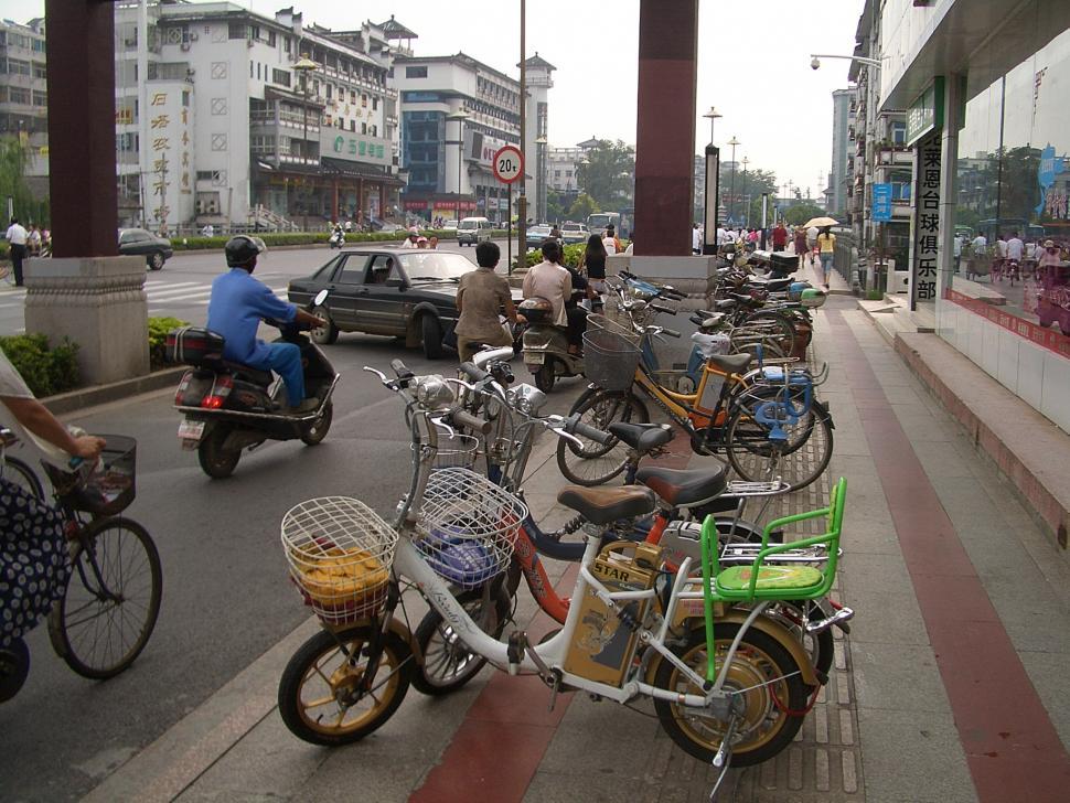 Yangzhou-WenchangLu-electric-bicycles by Vmenkov (https://commons.wikimedia.org/wiki/User:Vmenkov)