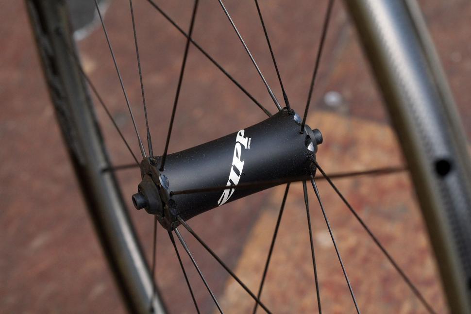 Zipp 202 NSW - front hub.jpg