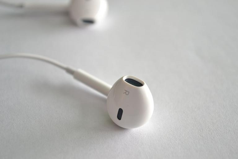 Apple EarPods licensed CC BY-SA 3.0 by Juannibb on Wikimedia Commons.JPG