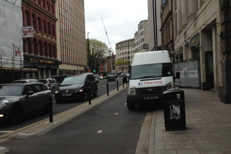 Bristol cycle lane (via @Shitfrastructur)