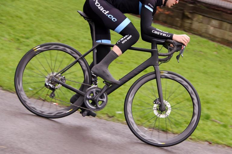 Canyon ULTIMATE CF SLX DISC 8.0 DI2 - riding 1.jpg