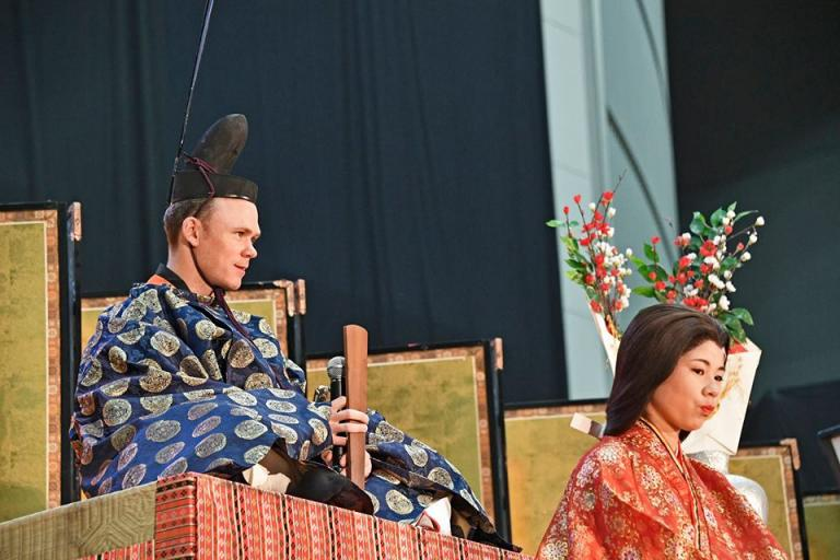 Chris Froome in emperor's pattern kimono (picture ©Bruno Bade - A.S.O.).jpg
